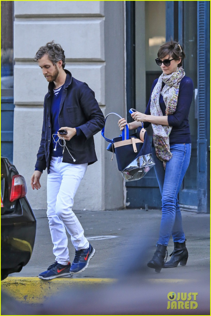anne hathaway adam shulman coordinated brooklyn couple 022846124