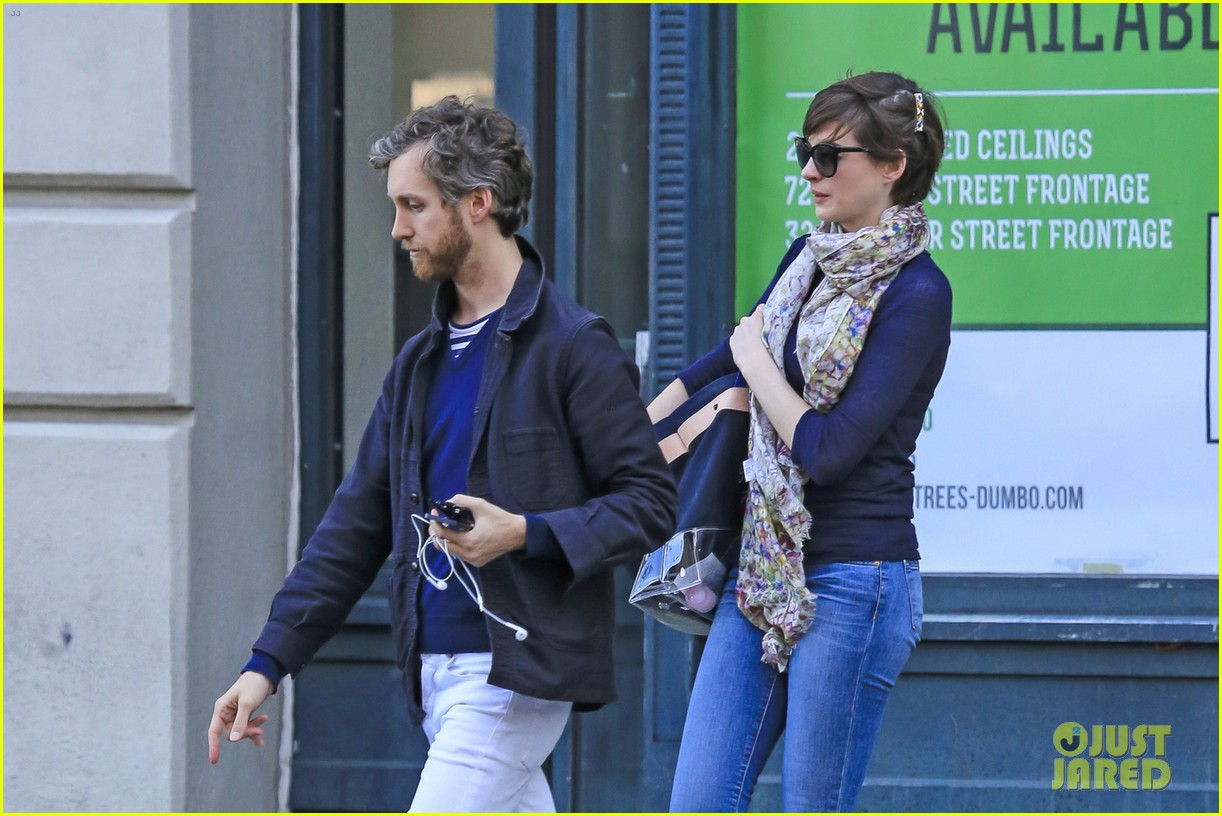 anne hathaway adam shulman coordinated brooklyn couple 072846129