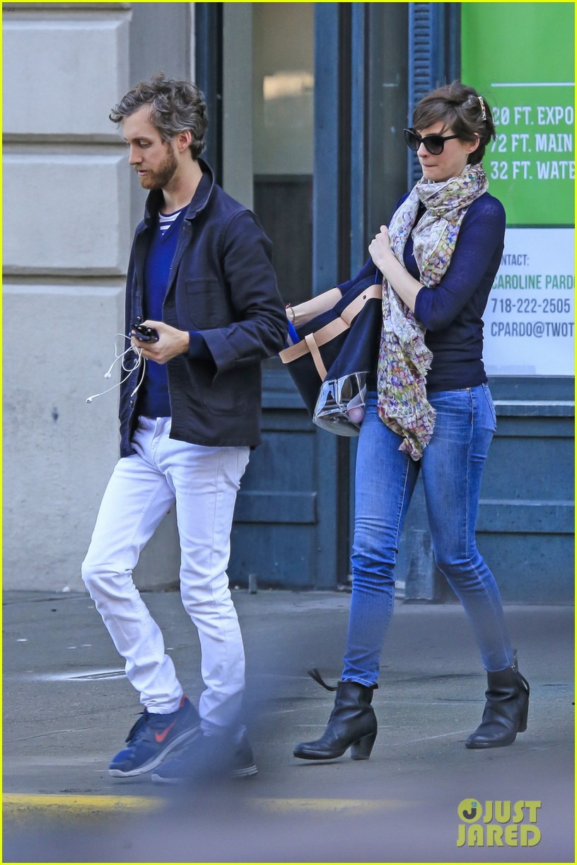 anne hathaway adam shulman coordinated brooklyn couple 09