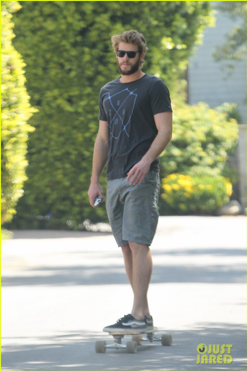 chris hemsworth catches flight liam hemsworth goes skateboarding 072855620