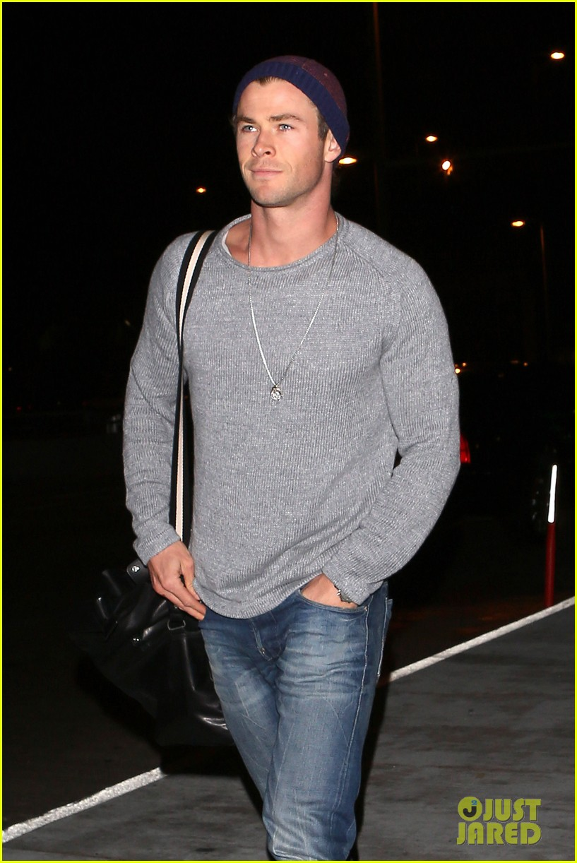 chris hemsworth catches flight liam hemsworth goes skateboarding 082855621