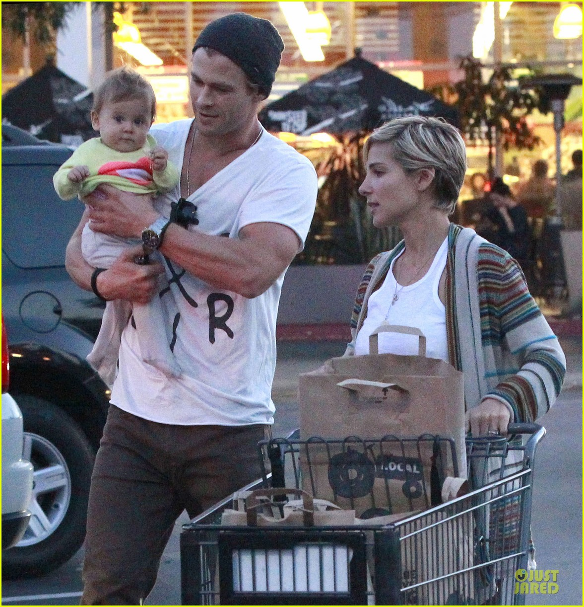 chris hemsworth elsa pataky grocery shopping after easter 14