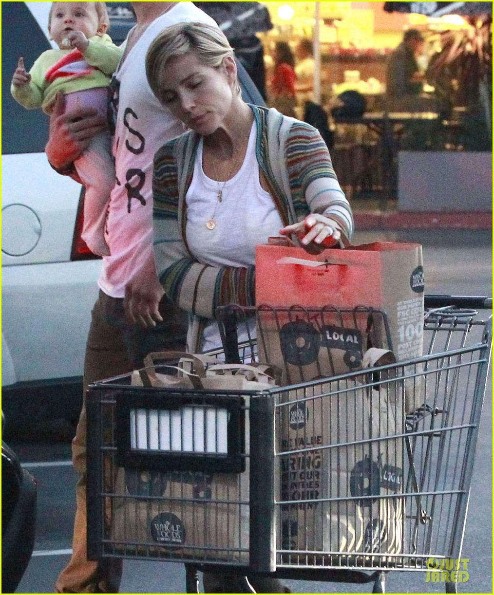 chris hemsworth elsa pataky grocery shopping after easter 15