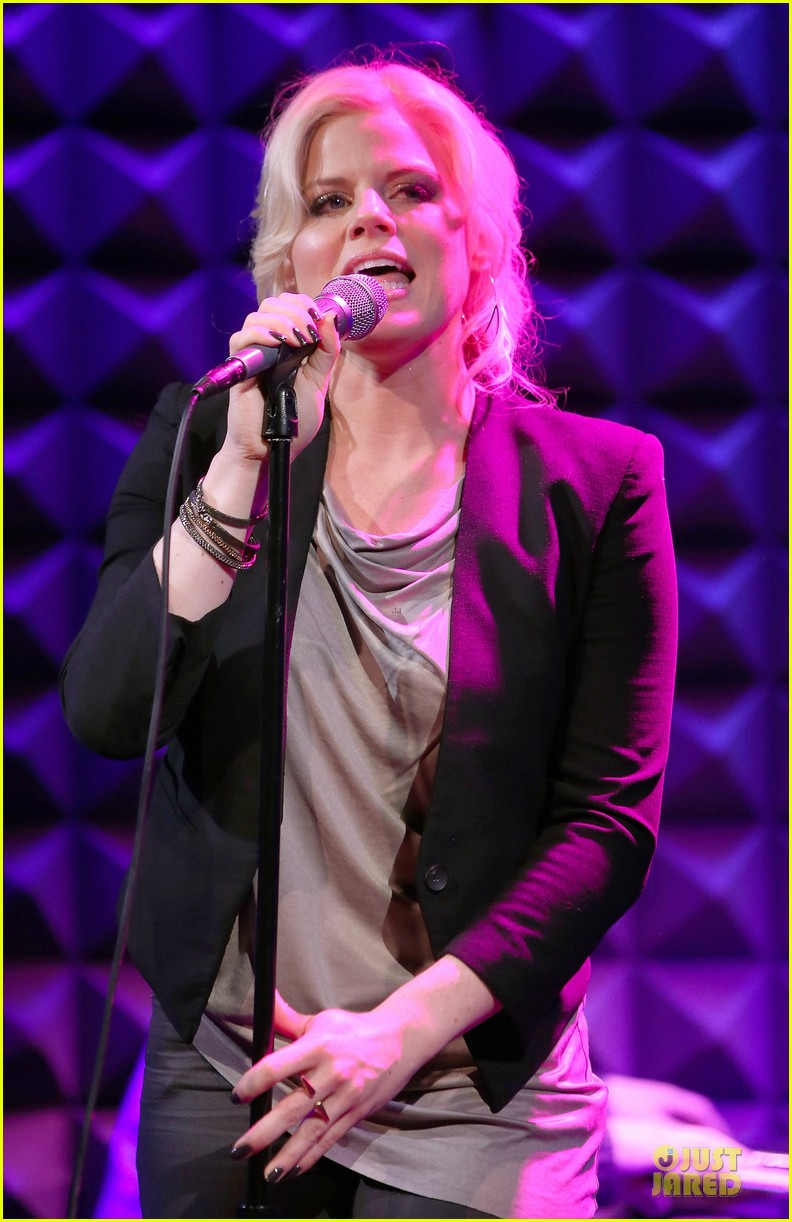 megan hilty joes pub showcase 04
