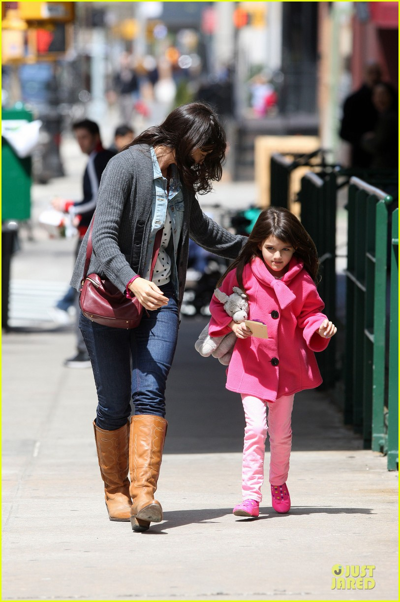 katie holmes suri nail salon after seventh birthday celebration 09