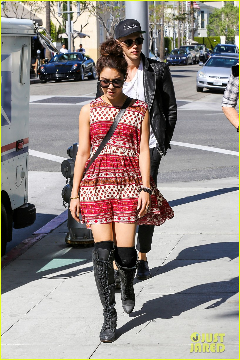 vanessa hudgens austin butler cafe roma lunch lovers 11