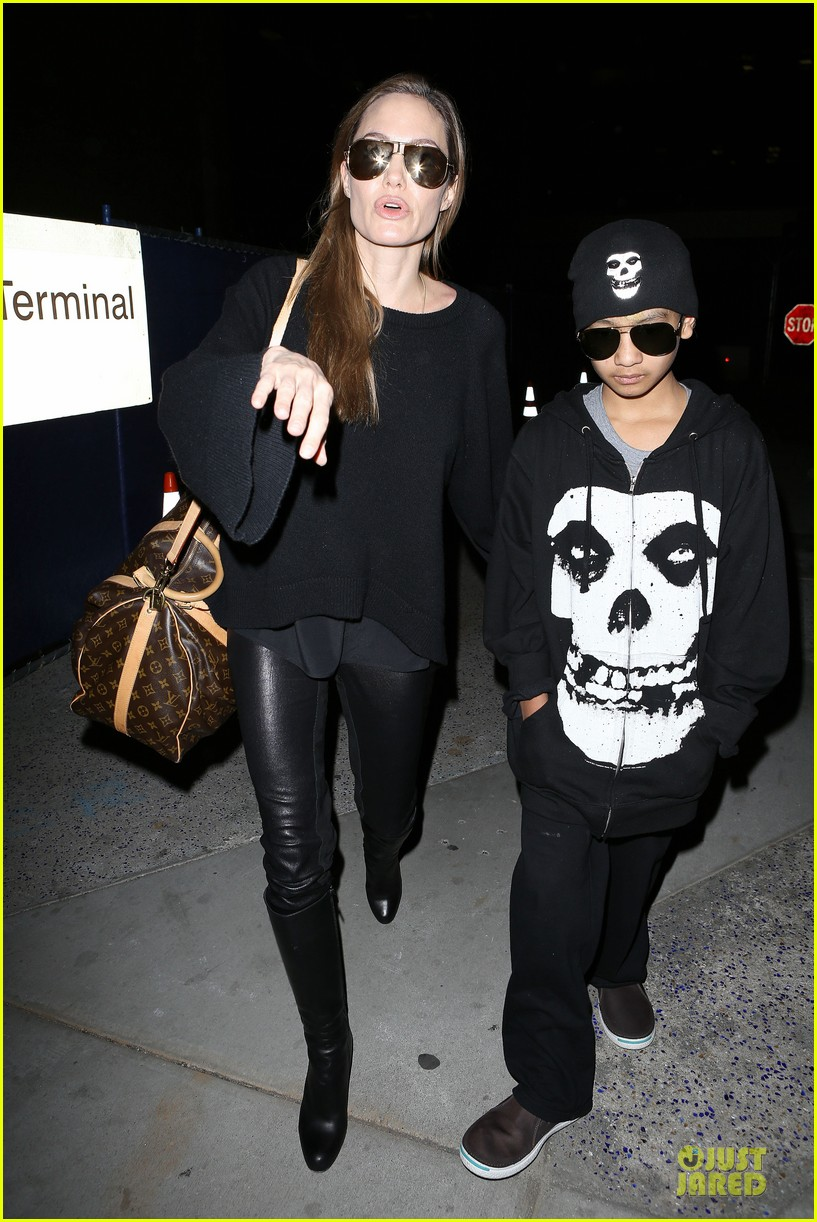 angelina jolie lax arrival with maddox 04