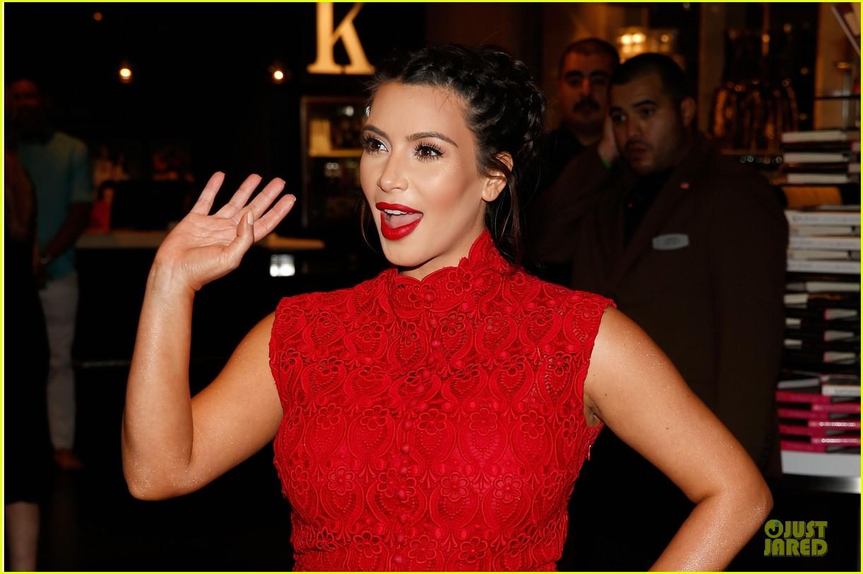 pregnant kim kardashian glam perfume promotion in las vegas 08