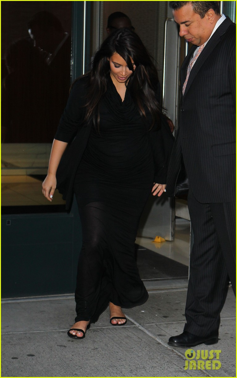 pregnant kim kardashian lands in greece with family 06