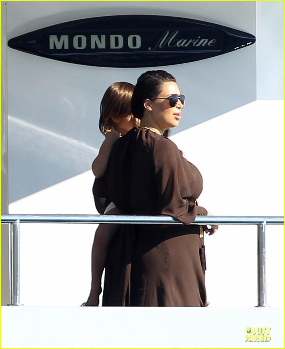pregnant kim kardashian greece yacht with family 11