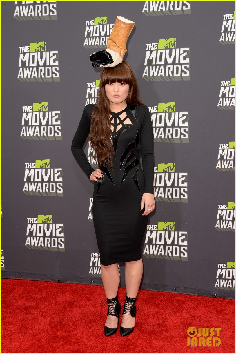 hana mae lee cigarette hat at mtv movie awards 2013 012849971