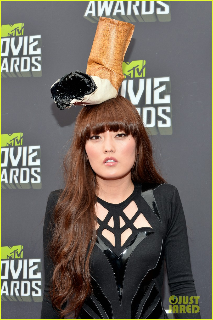 hana mae lee cigarette hat at mtv movie awards 2013 052849975