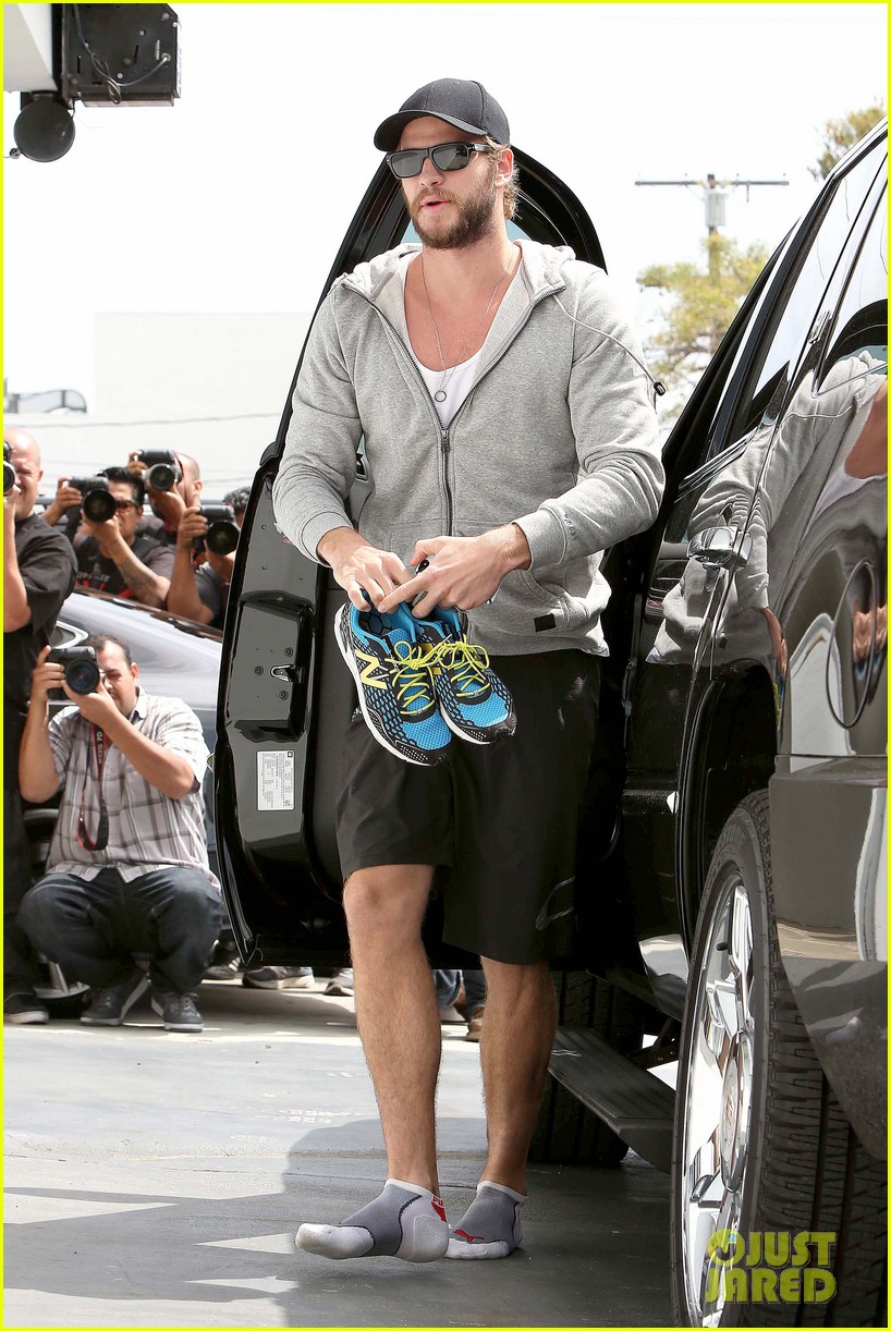 liam hemsworth goes shoeless at the gym 01