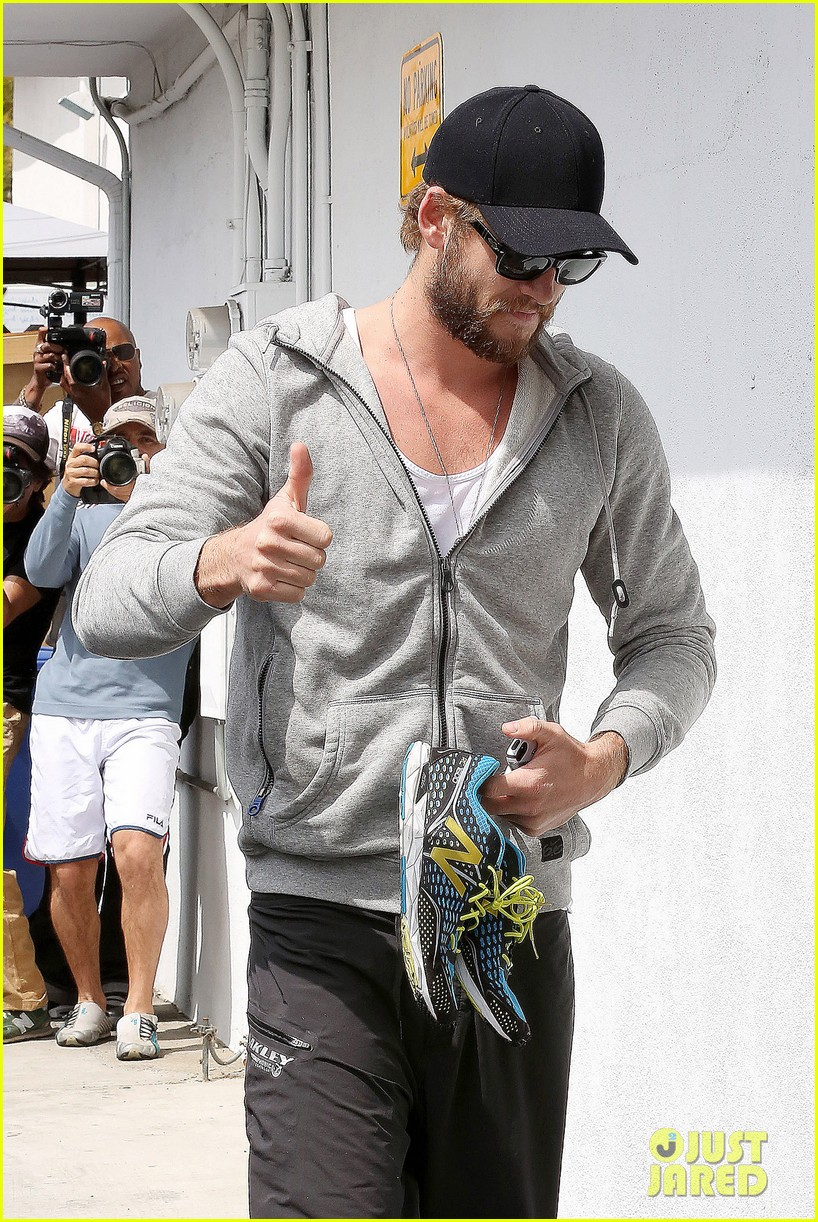 liam hemsworth goes shoeless at the gym 04