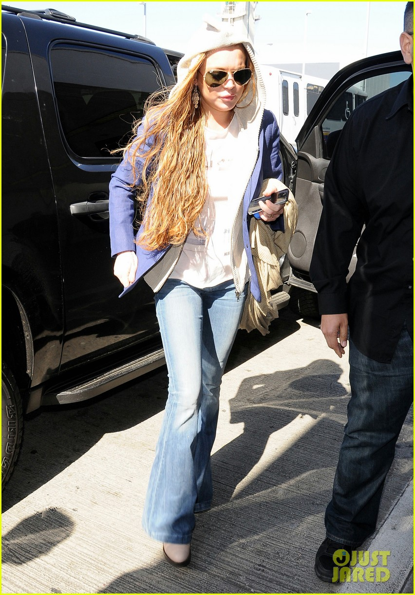 lindsay lohan departs lax airport with sister aliana 09