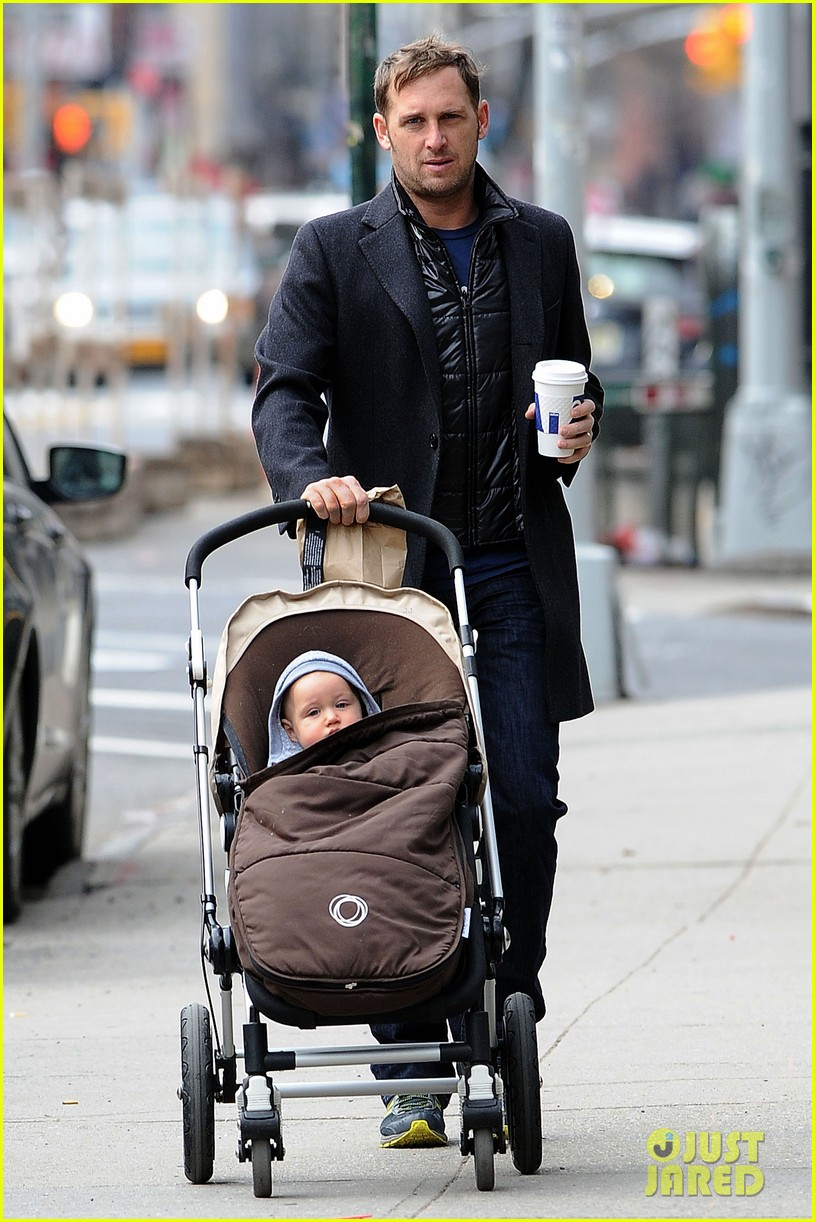josh lucas manhattan afternoon with noah 01