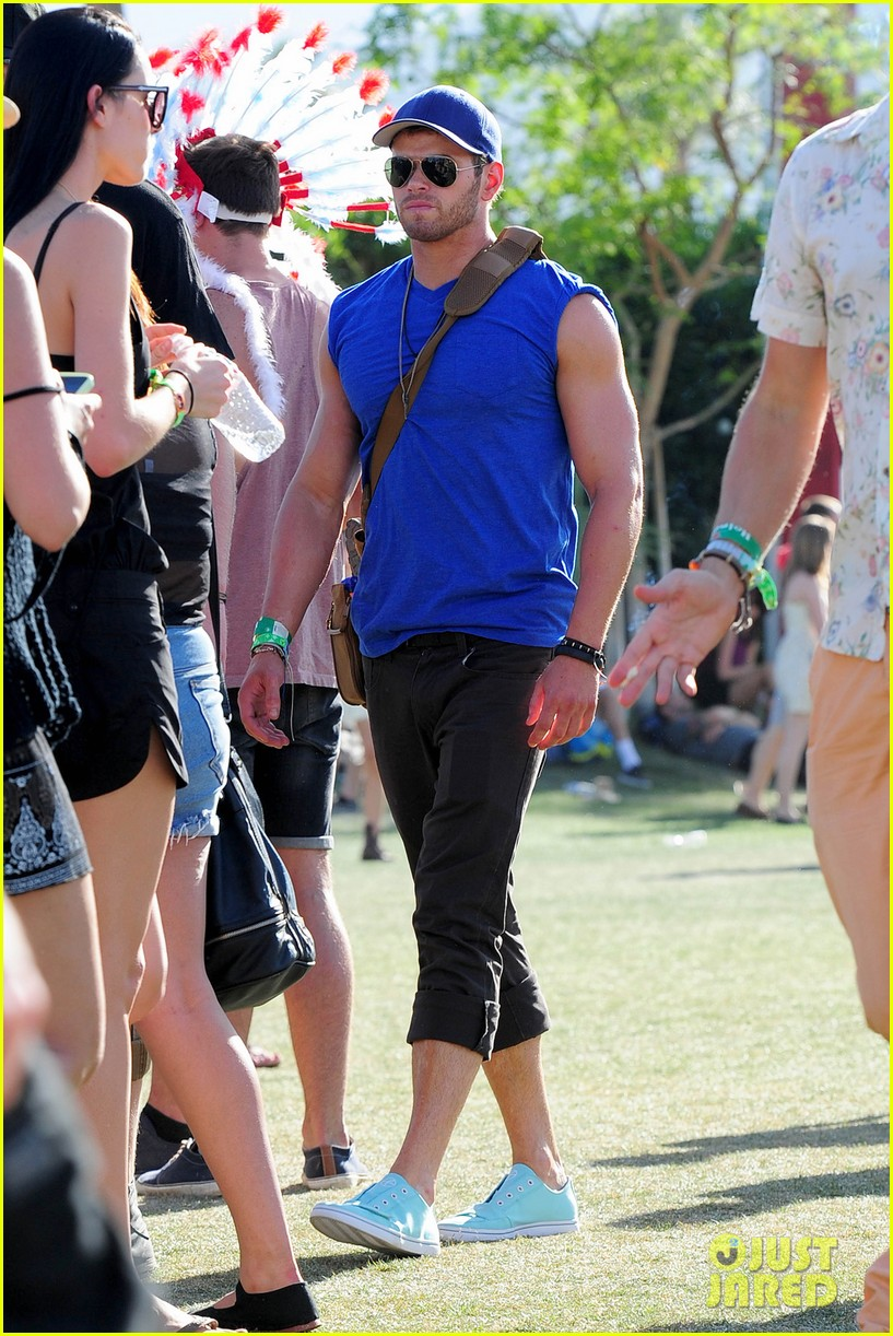 kellan lutz shirtless clothes change at coachella 01