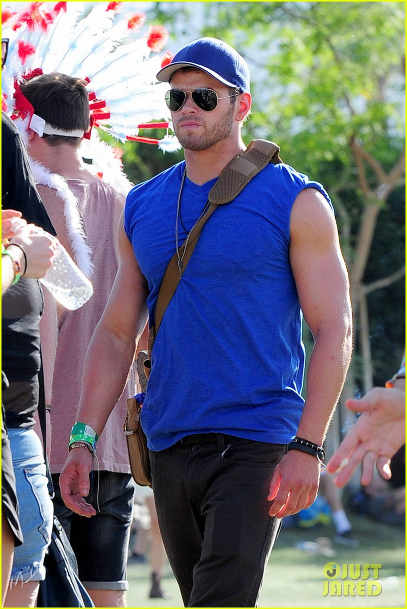 kellan lutz shirtless clothes change at coachella 07