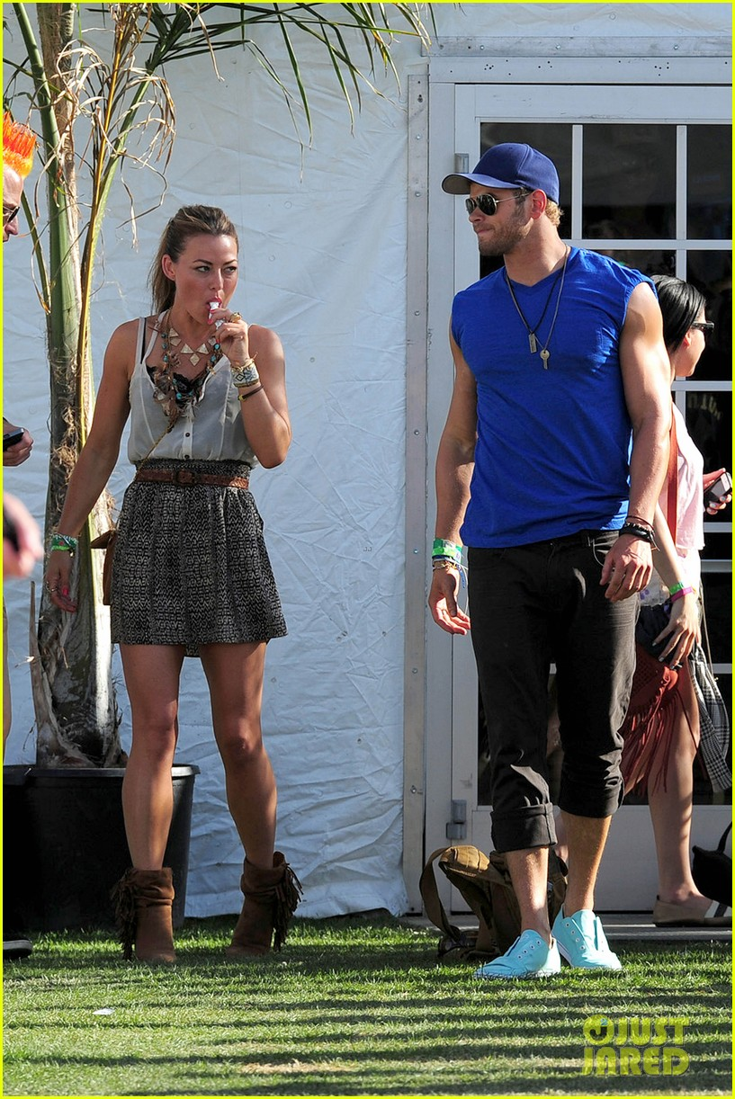 kellan lutz shirtless clothes change at coachella 09