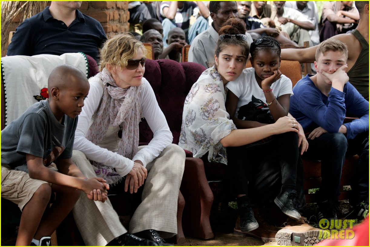 madonna-malawai-school-visit-with-the-ki