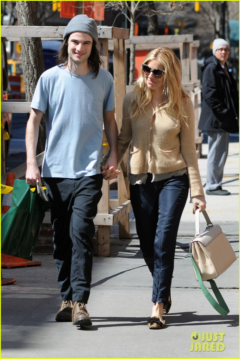 sienna miller tom sturridge west village lunch lovebirds 19