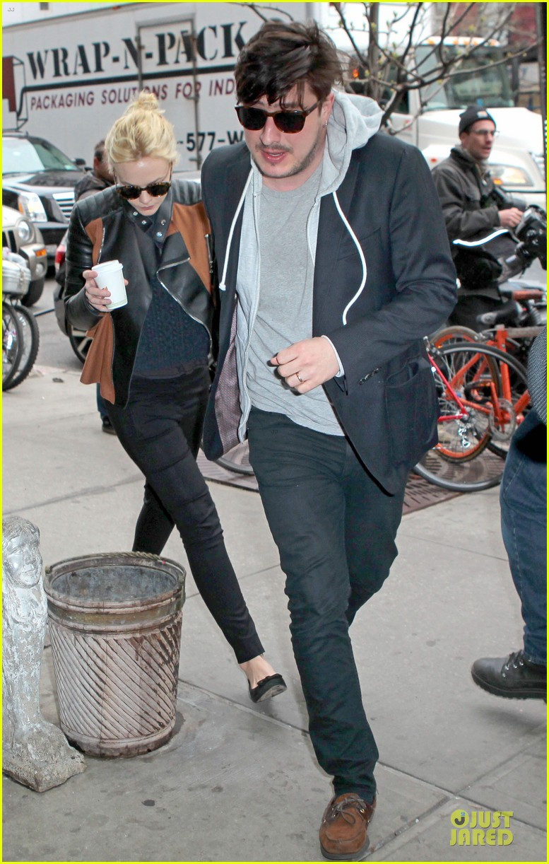 carey mulligan marcus mumford holding hands in the east village 01