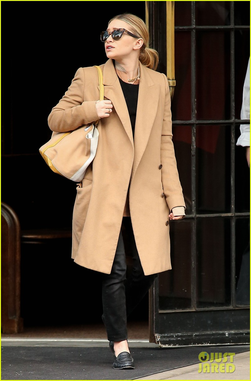 elizabeth ashley olsen separate big apple outings 102851650