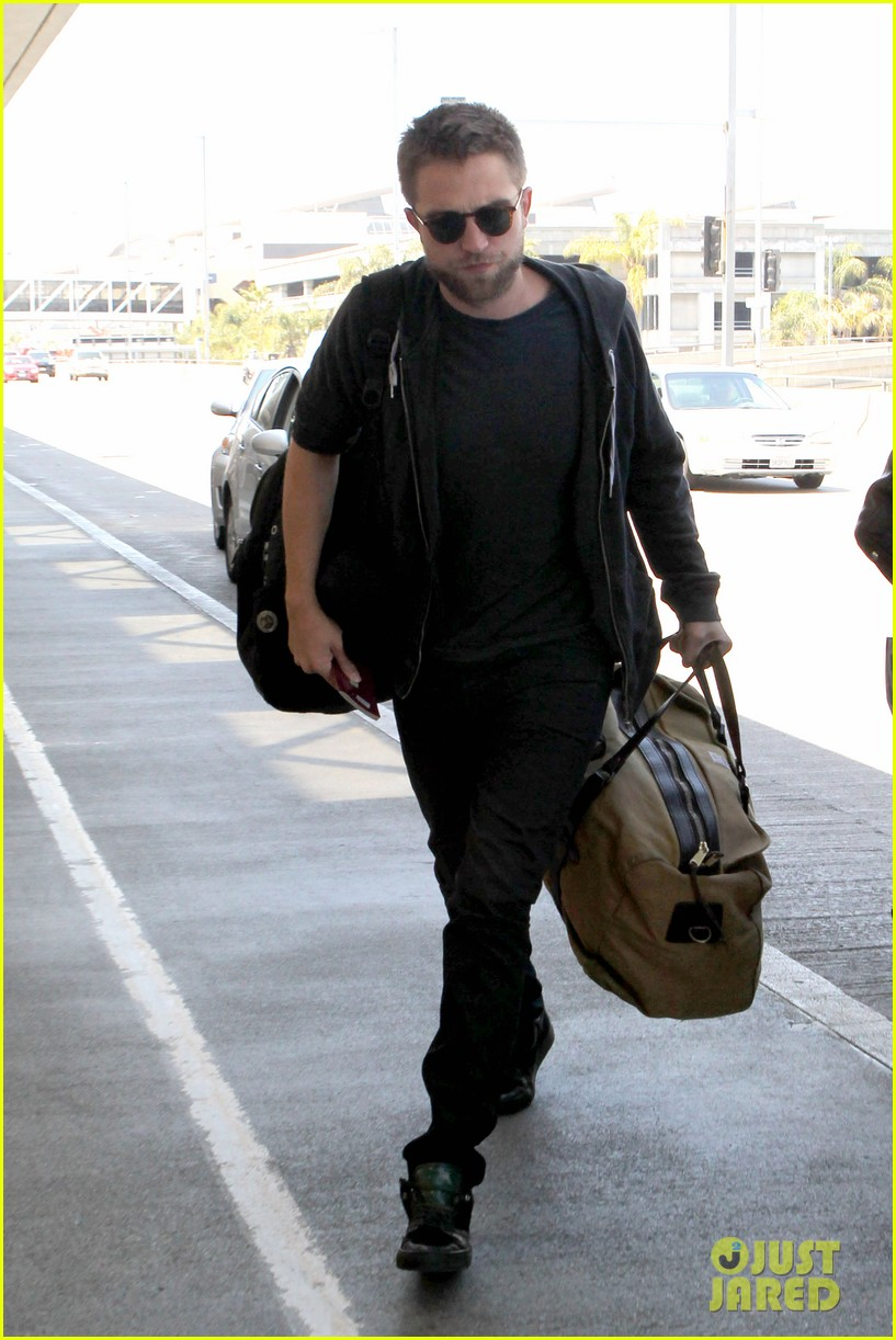 robert pattinson lots of luggage at lax 07
