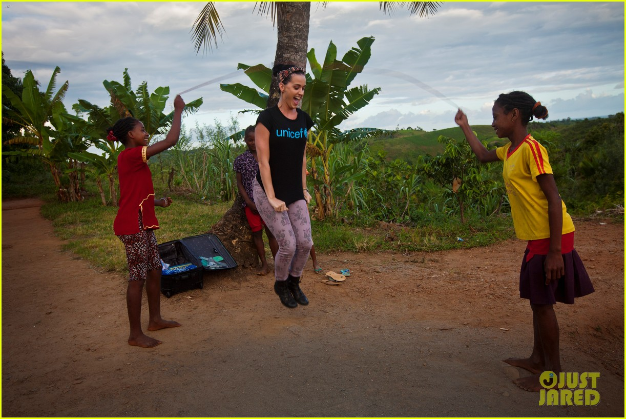 katy perry madagascar visit for unicef 01