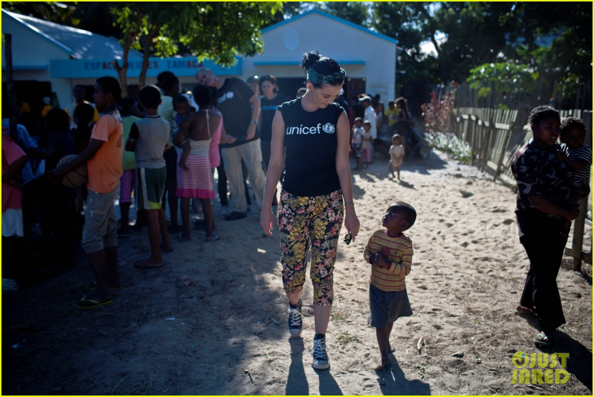 katy perry madagascar visit for unicef 05
