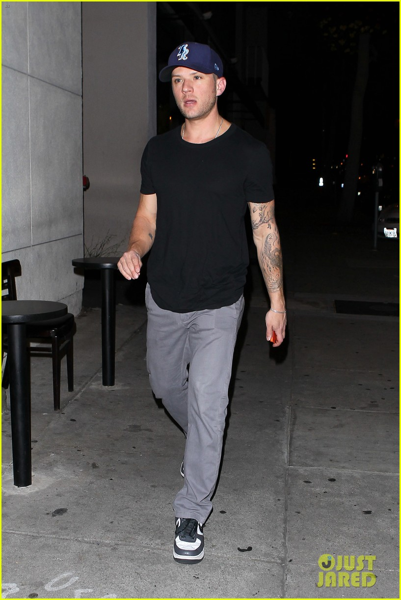 ryan phillippe steps out after reese witherspoon arrest 012857671