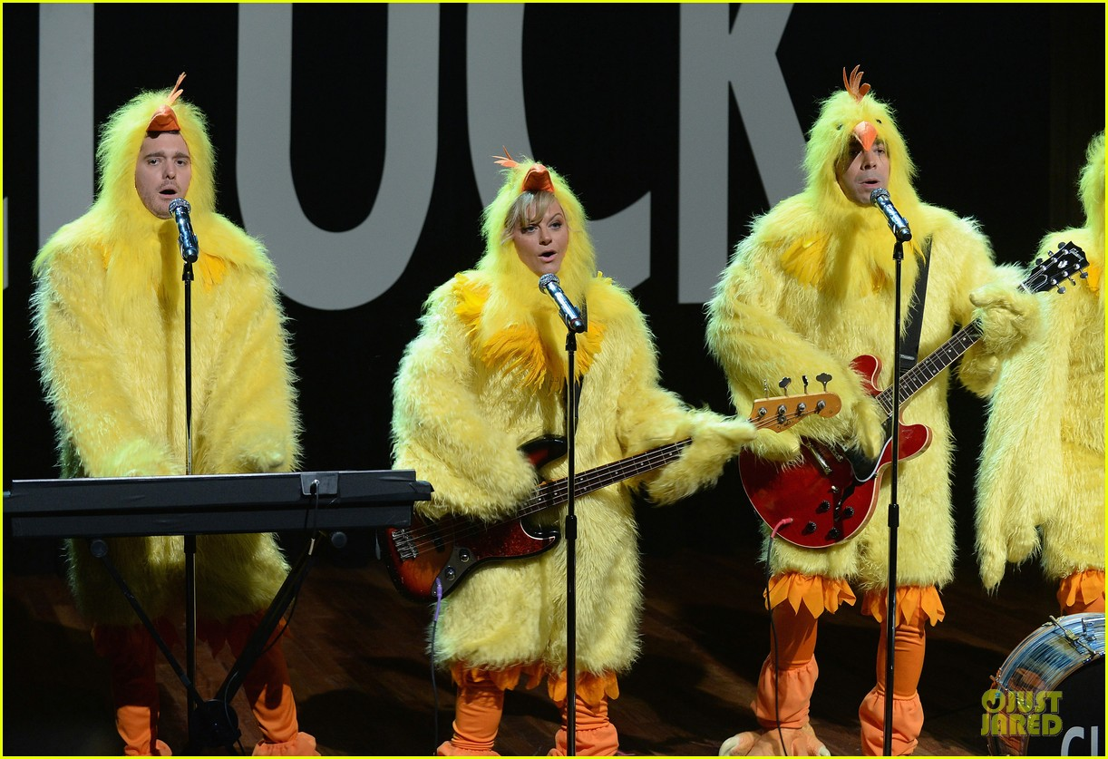 amy poehler michael buble chicken eers on fallon 08