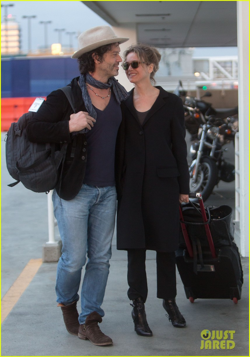 renee zellweger kiss kiss at lax 012851378