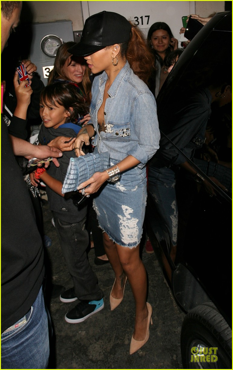 rihanna birthday shopping for mom monica chris brown appears in court 01