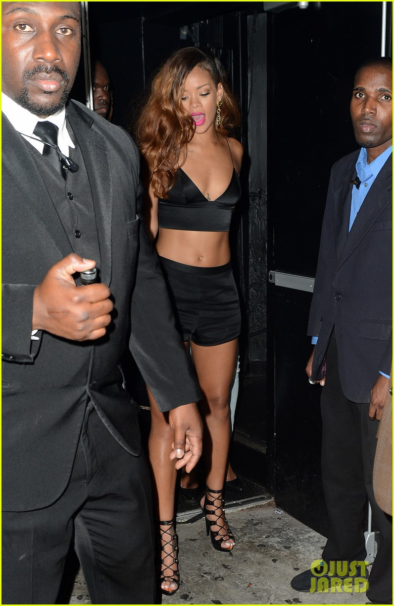 rihanna toned tummy after diamonds concert stop 01