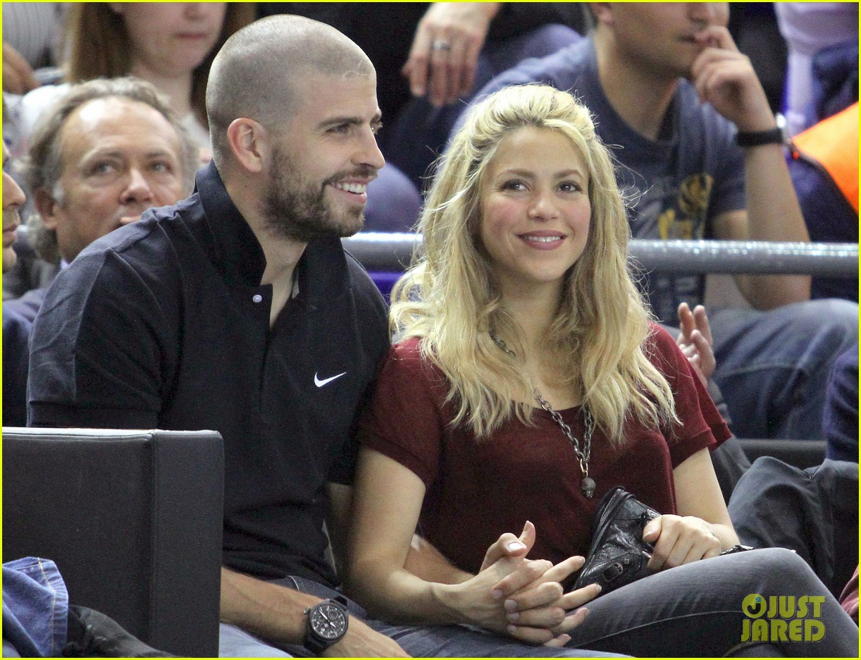 shakira gerard pique basketball kisses 01