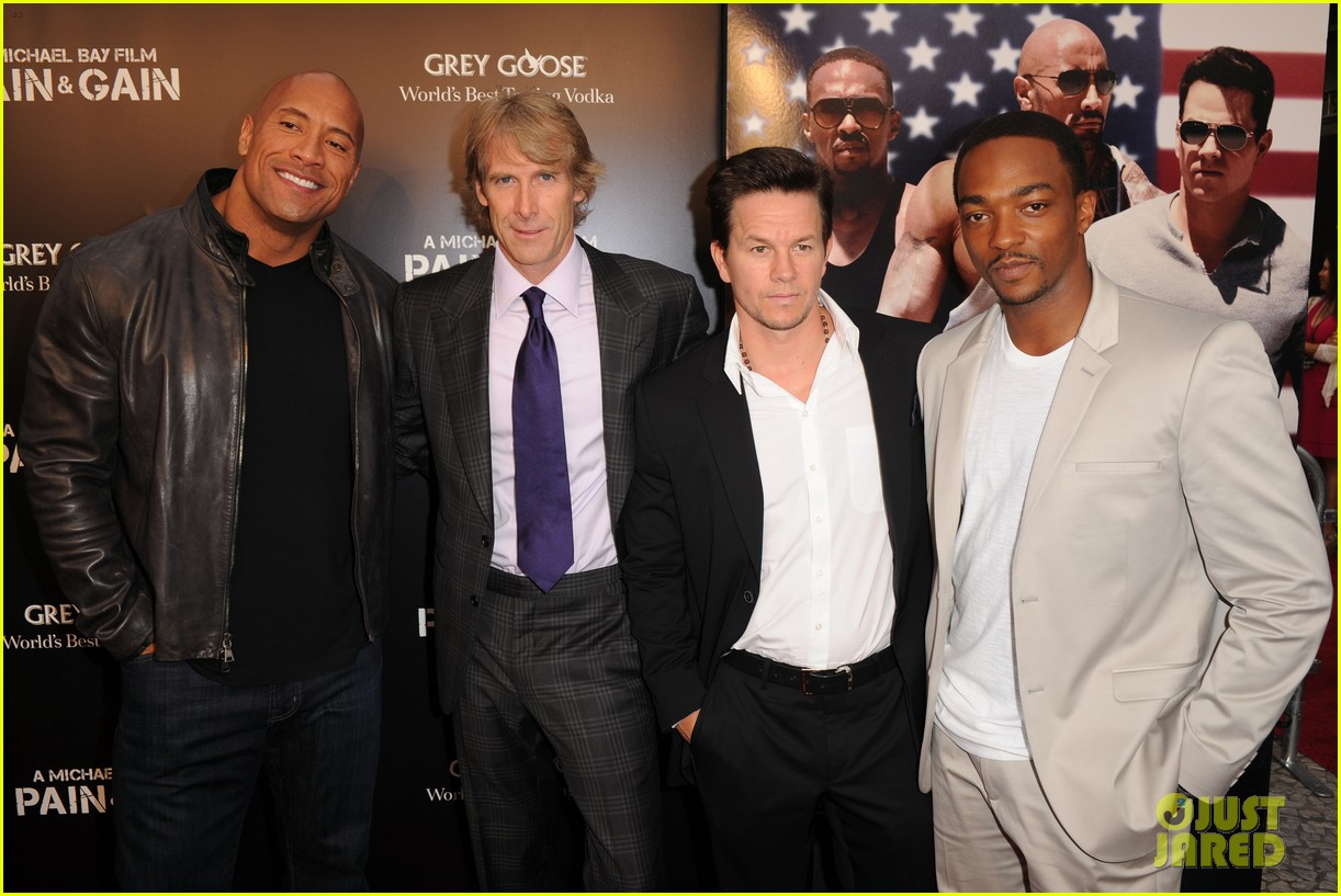 mark wahlberg dwayne johnson pain gain premiere 09