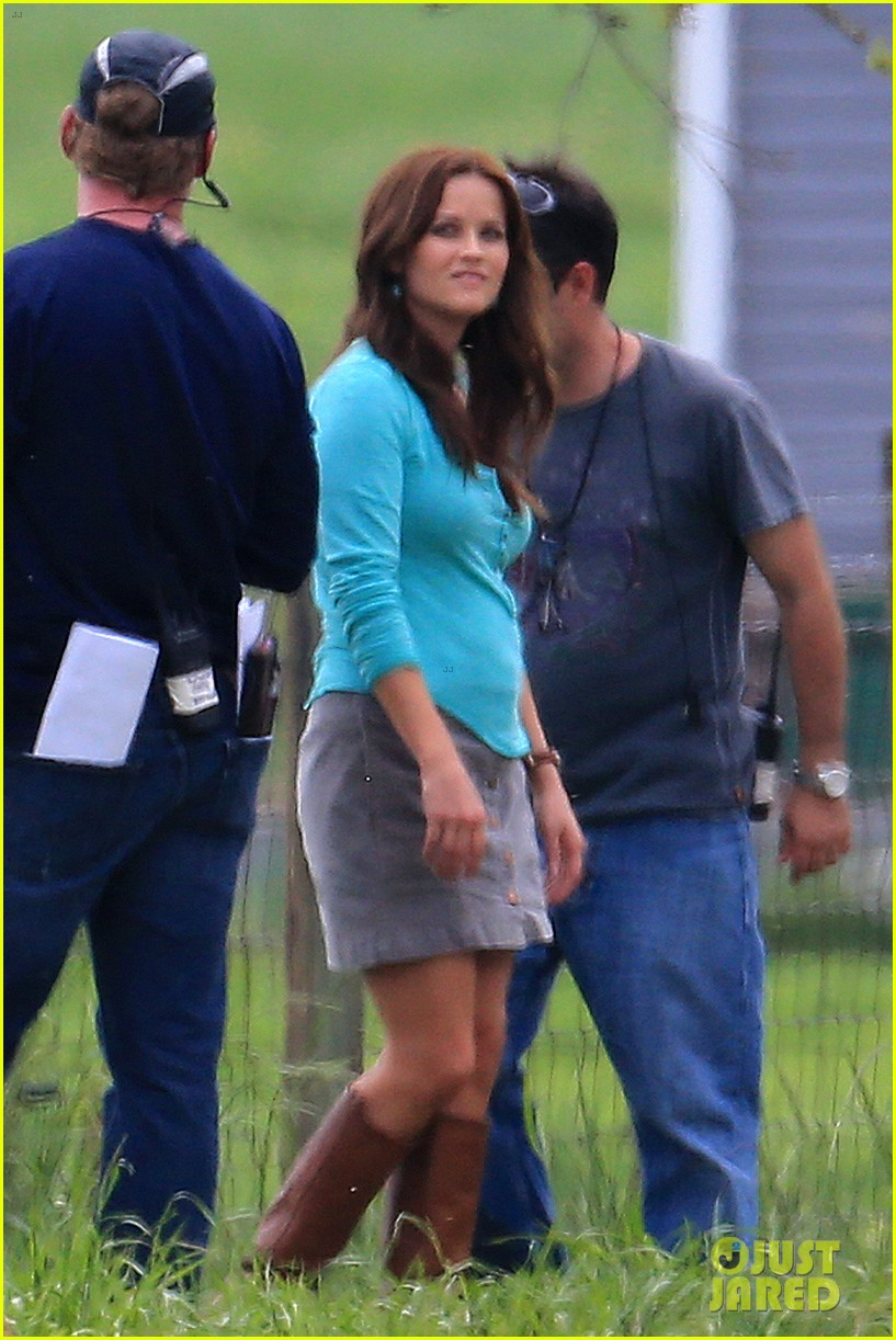 reese witherspoon brunette hair on the good lie set 01