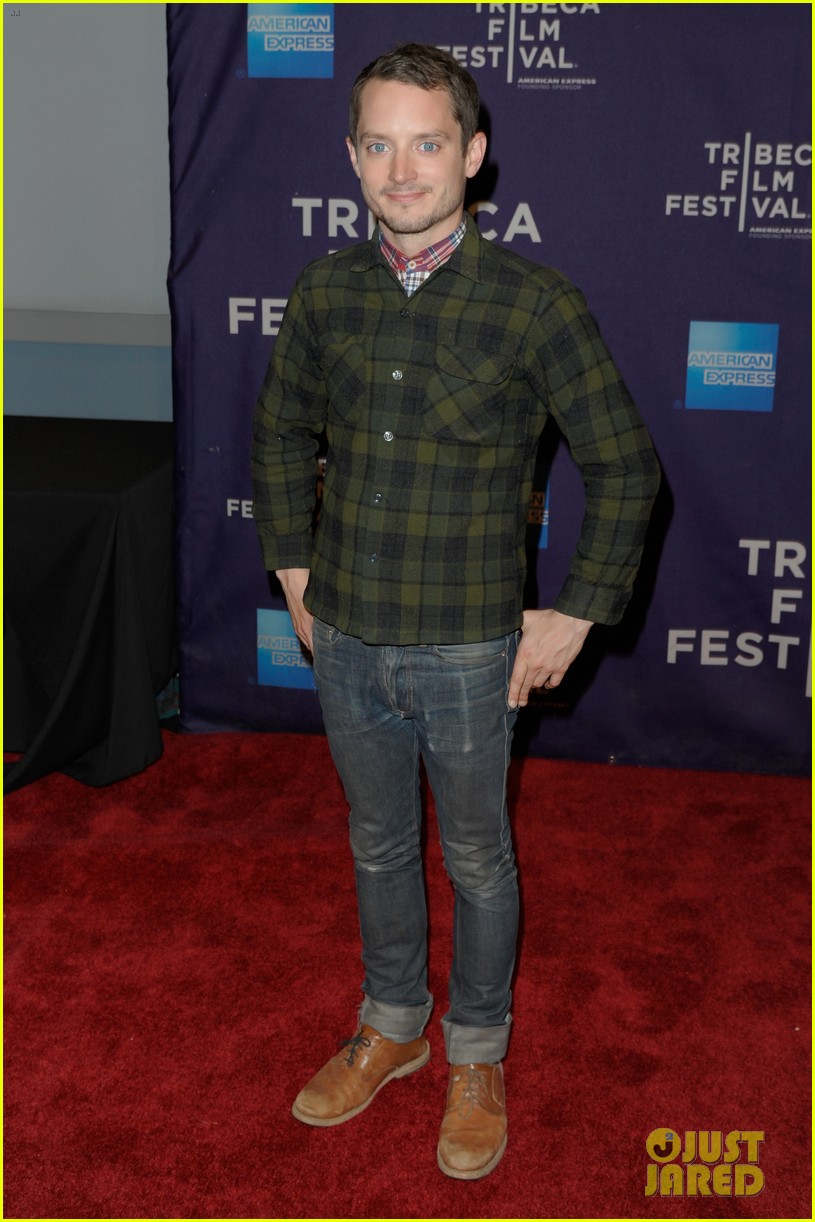 elijah wood set up punch premiere with alia shawkat 062853369