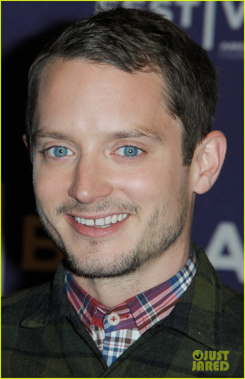 elijah wood set up punch premiere with alia shawkat 092853372