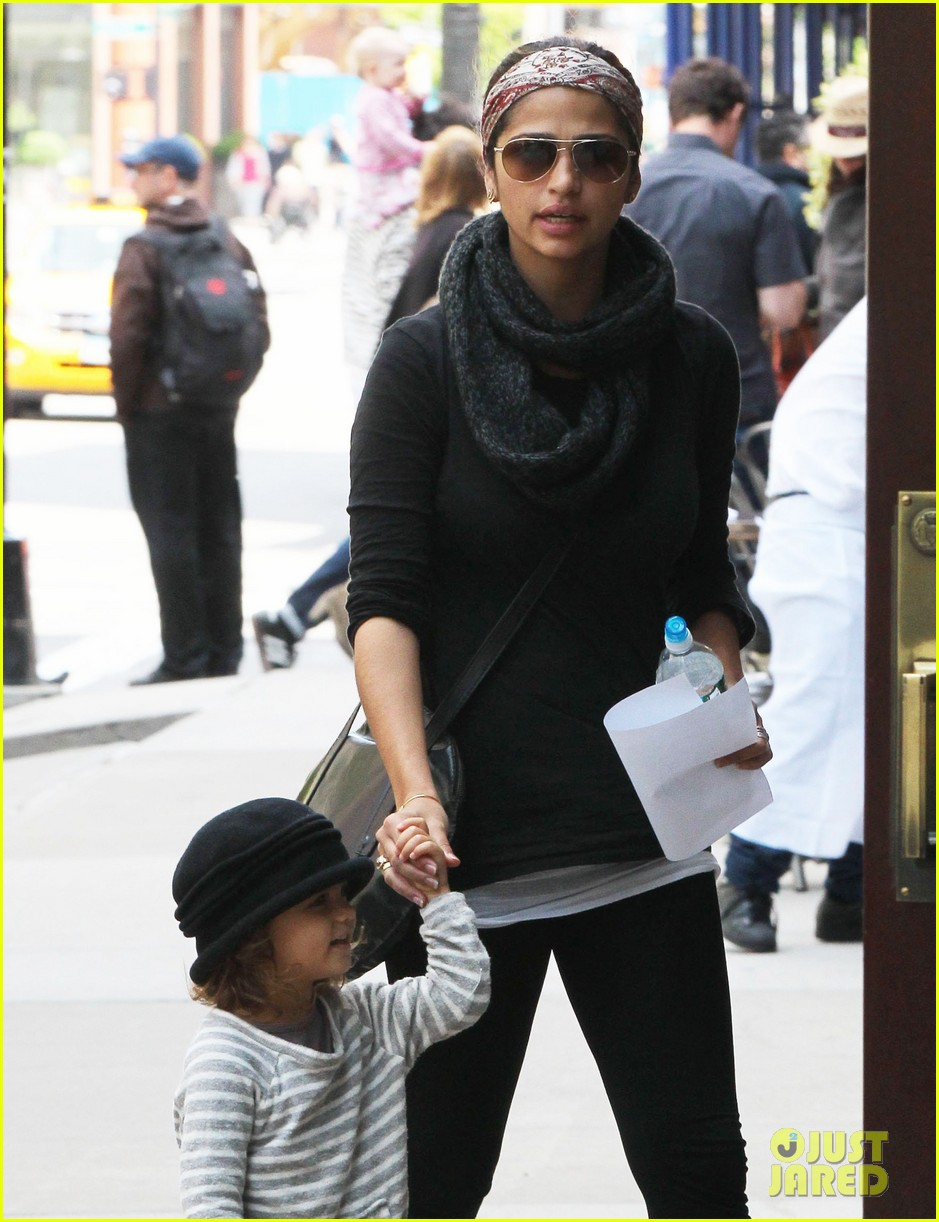 camila alves mothers day with vida 02