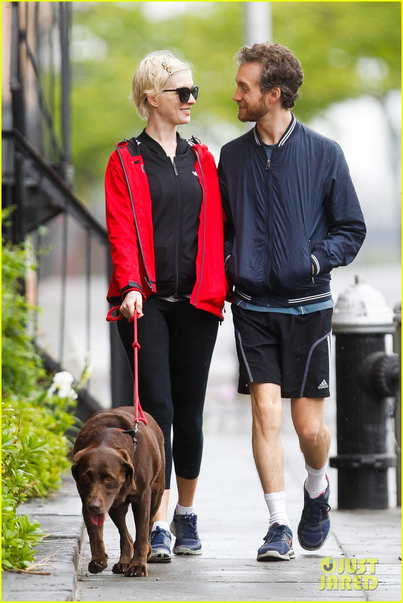 anne hathaway adam shulman rainy brooklyn dog walk 052873476