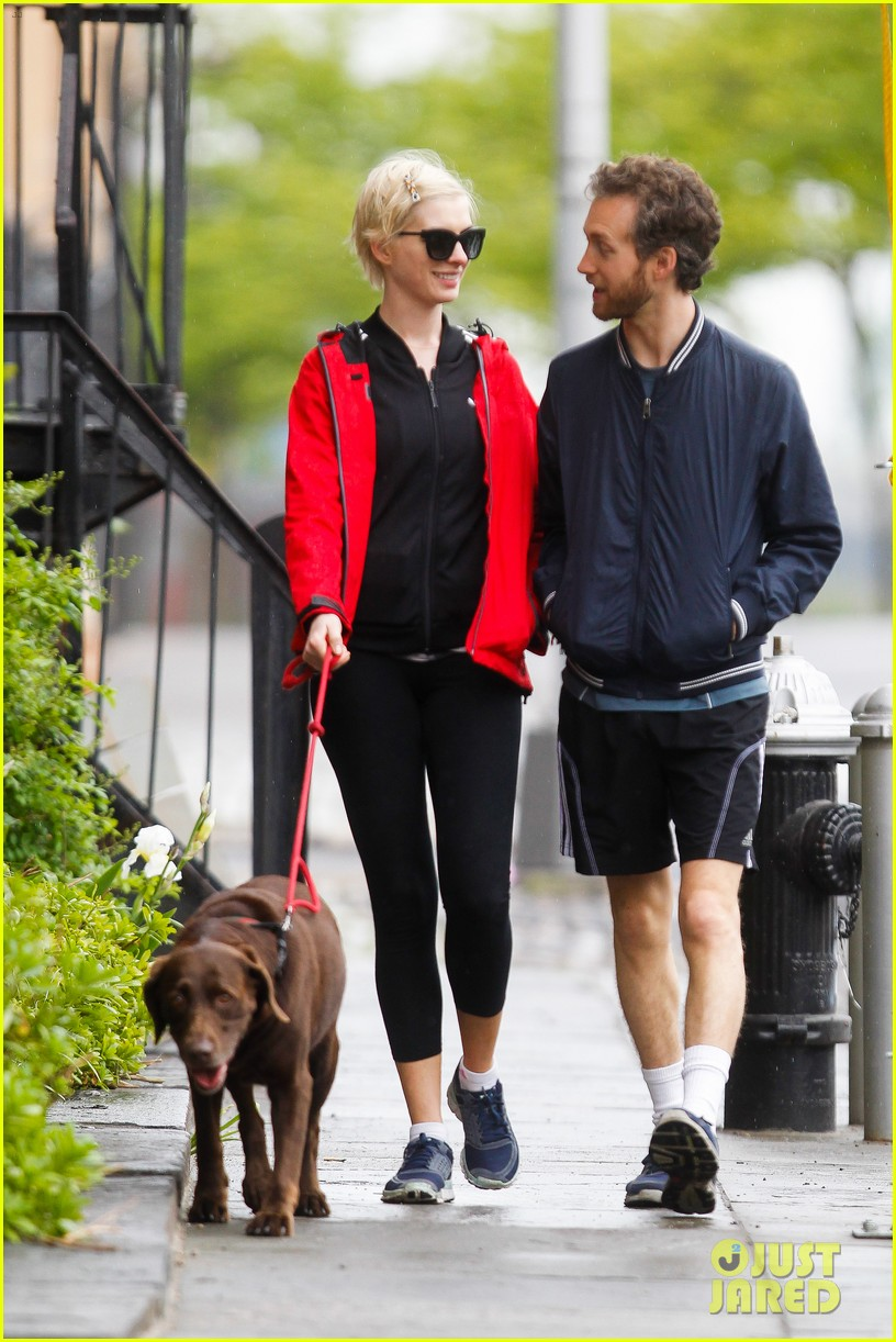 anne hathaway adam shulman rainy brooklyn dog walk 17