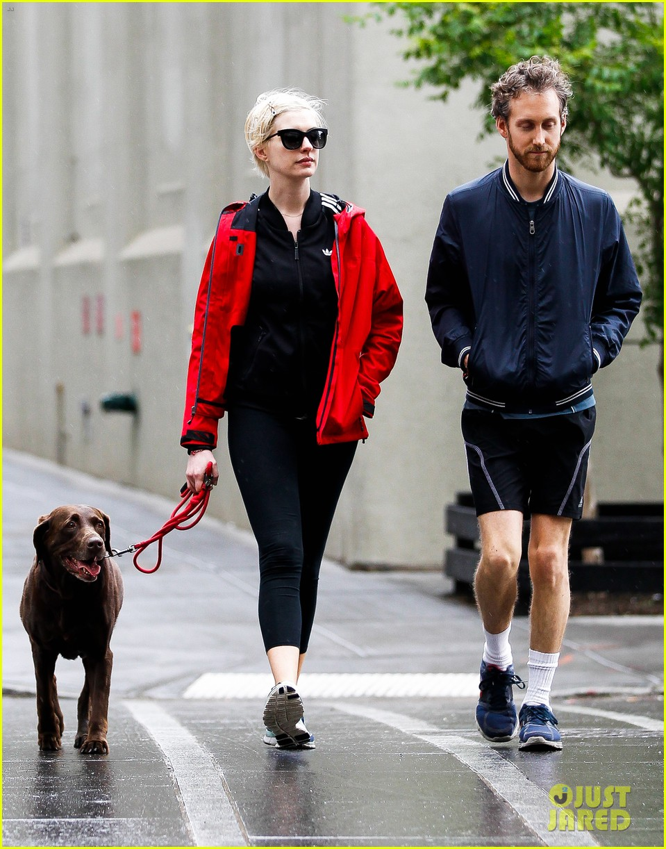 anne hathaway adam shulman rainy brooklyn dog walk 182873489