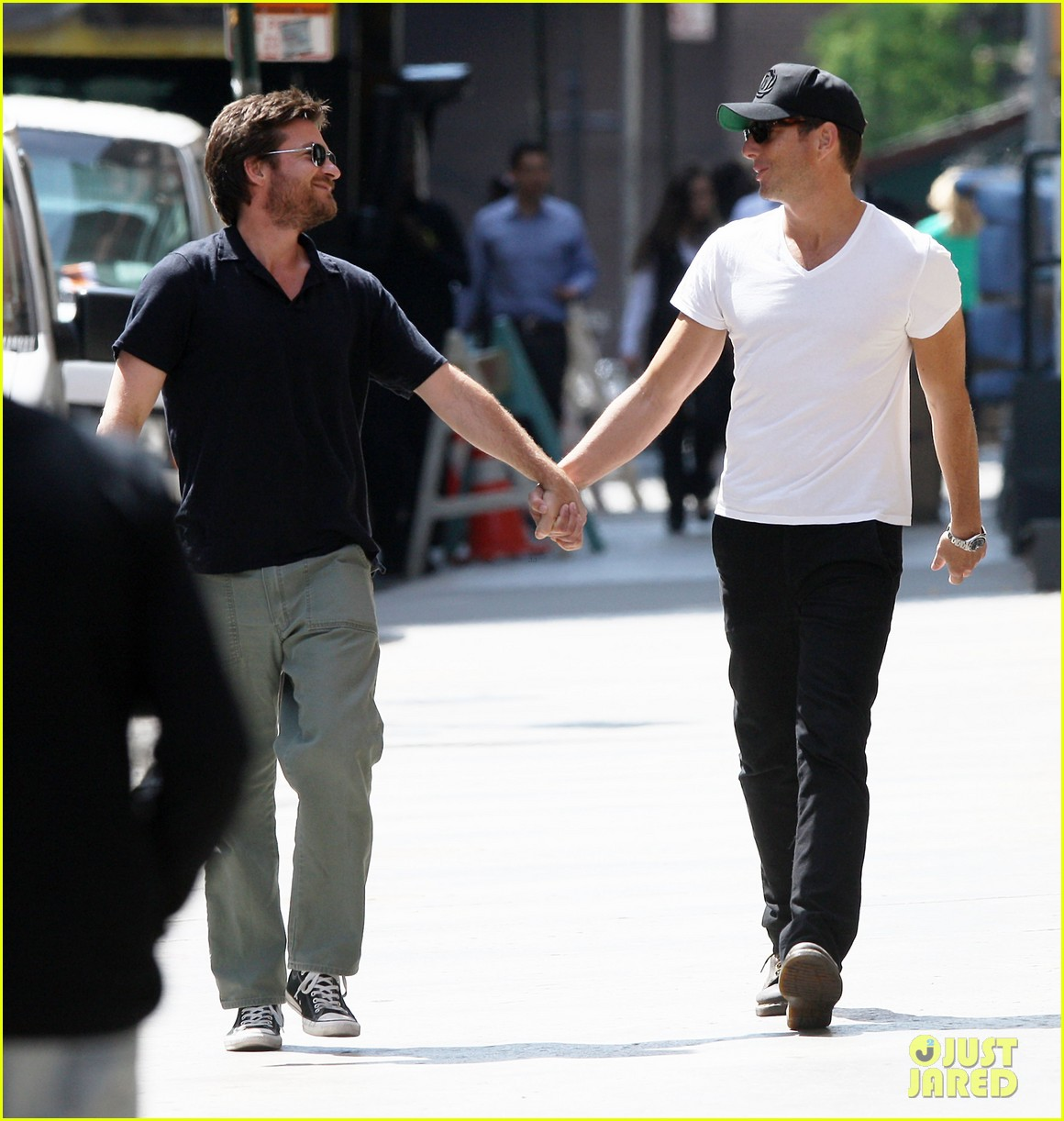 will arnett jason bateman hold hands check out city sights 03