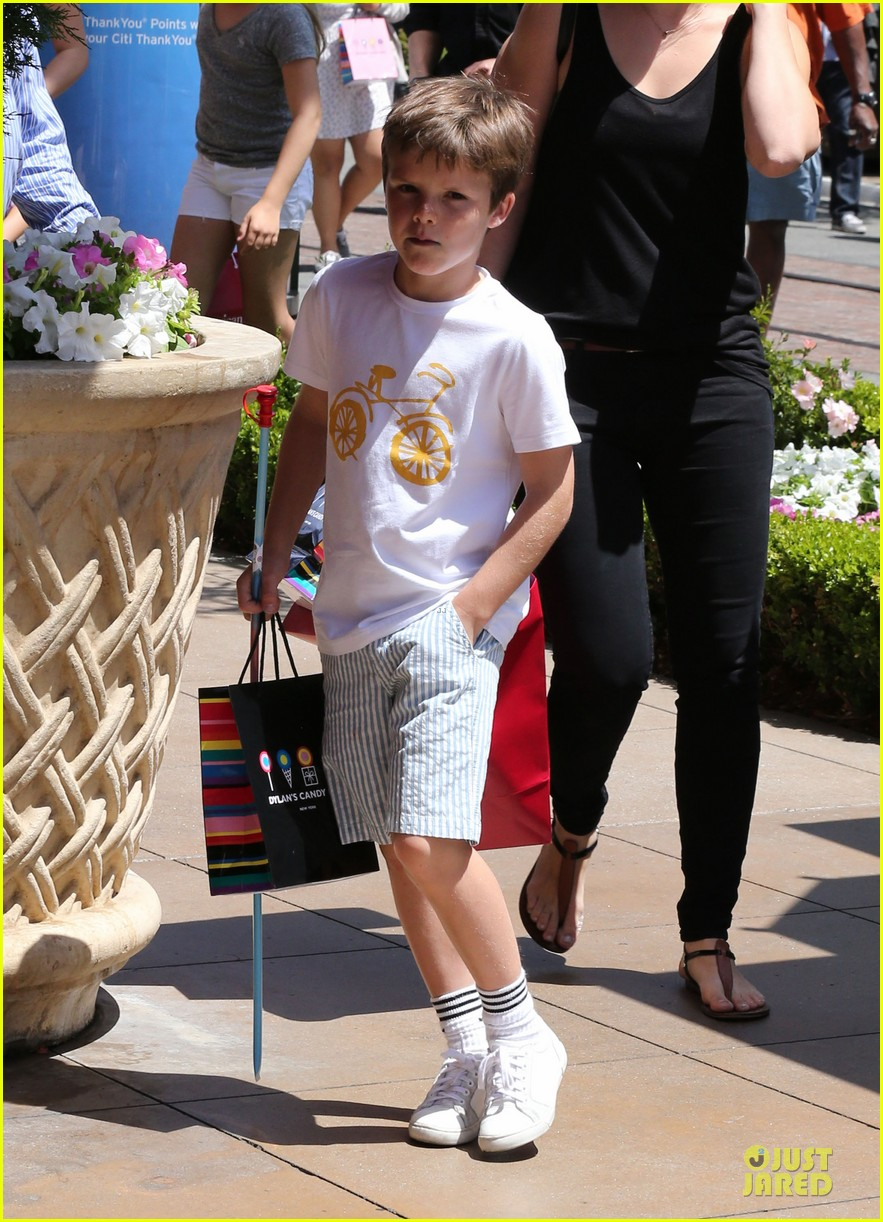 victoria david beckham separate shopping trips with the kids 28
