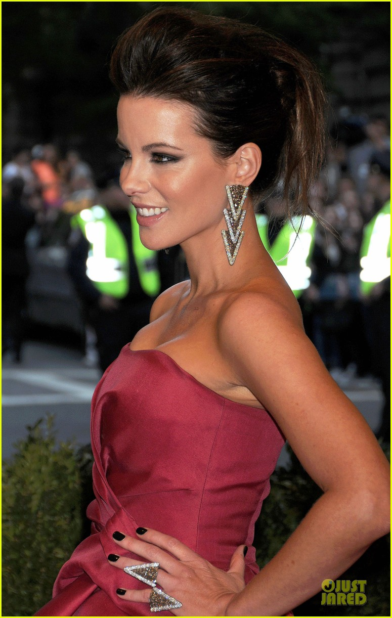 kate beckinsale met ball 2013 red carpet 04