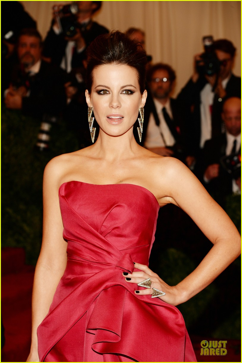 kate beckinsale met ball 2013 red carpet 06