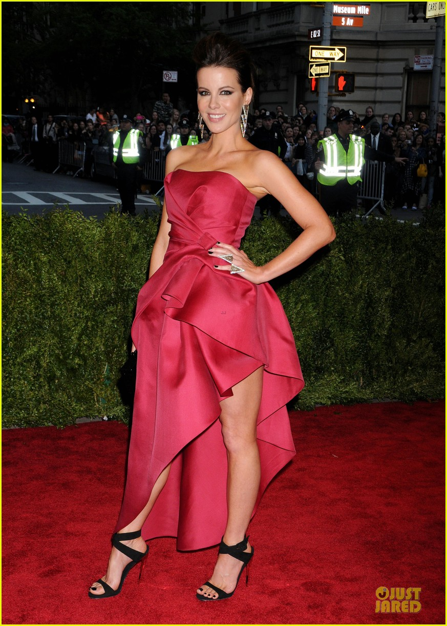 kate beckinsale met ball 2013 red carpet 07