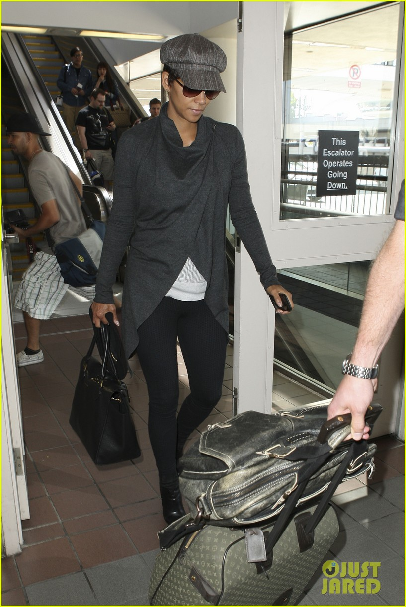 halle berry baby bump cover up at lax 09